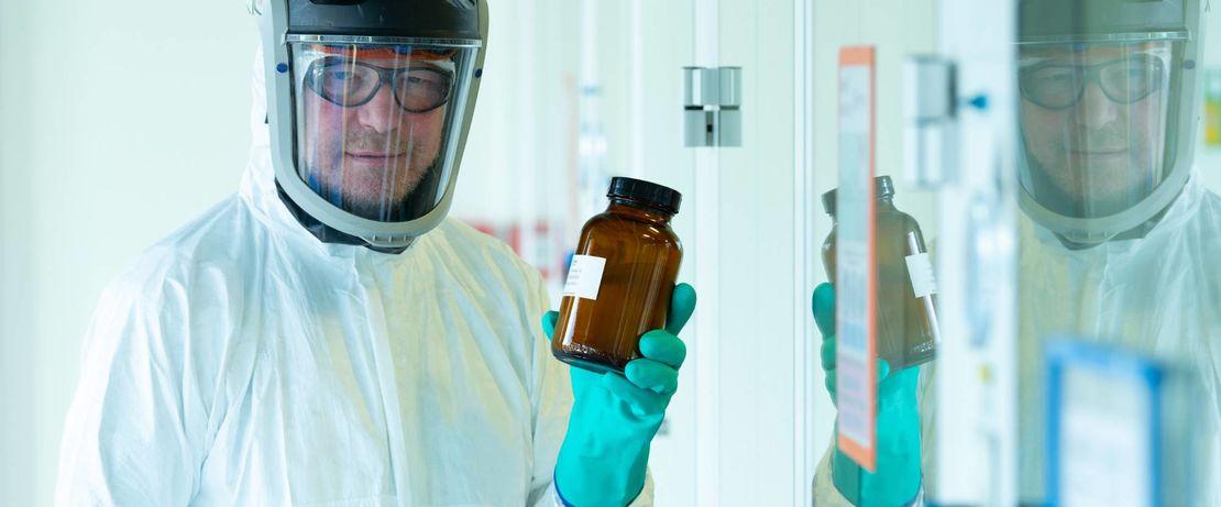 Lipide für den COVID-19-Impfstoff von BioNTech: Evonik-Chemikant Mathias Günther mit einer abgefüllten Lipid-Charge am Produktionsstandort Hanau.