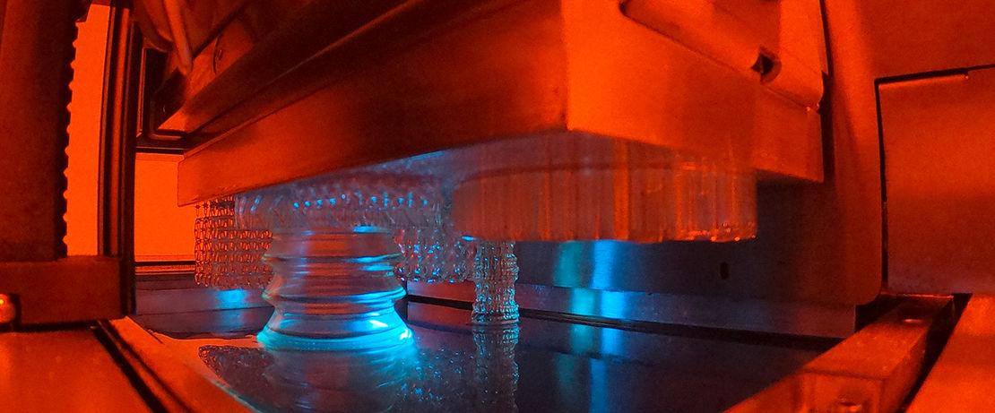 Beim Hot Lithography Verfahren wird das Objekt bei erhöhter Verarbeitungstemperatur aus einer formlosen Flüssigkeit erzeugt. Bild: ©Cubicure GmbH