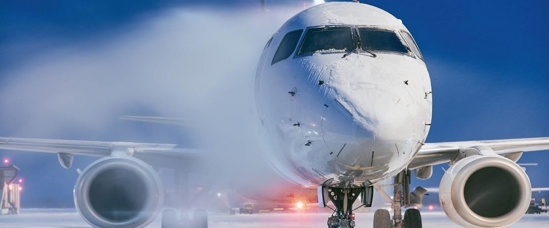 Flugzeug-Enteisungsmittel auf Basis von Propylenglykol spielen eine wichtige Rolle bei der Gewährleistung eines sicheren und unterbrechungsfreien Winterflugbetriebs unter schwierigen Witterungsbedingungen. ©Adobe Stock/chalabala