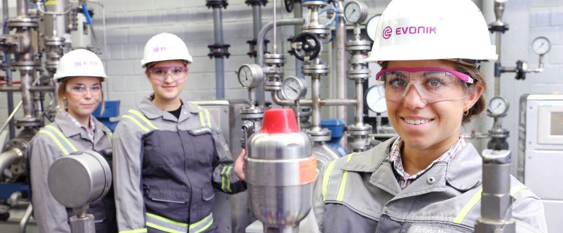 Ausbildung bei Evonik: Wie in den vergangenen Jahren (Foto) haben sich auch 2021 wieder zahlreiche junge Frauen und Männer für eine duale Berufsausbildung bei dem Spezialchemieunternehmen entschieden. Foto: Debo/Evonik
