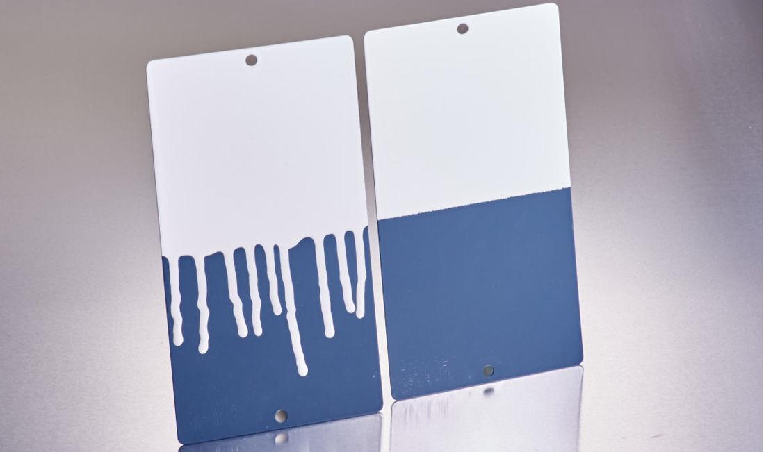 Ein Lack ohne (links) Zusatz von AEROSIL® läuft ab; mit AEROSIL® (rechts) bleibt die Beschichtung stabil.