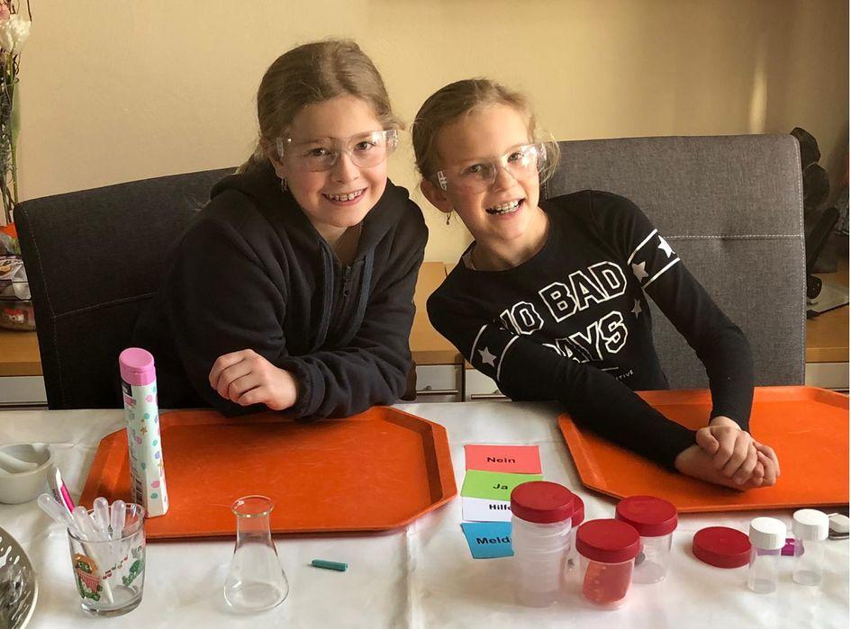 """Giulia und Romy hatten sichtlich Spaß beim Workshop und finden: """"Dass man Düfte filtern kann, ist toll - jetzt gibt es jeden Tag einen neuen Duft bei uns."""" Foto: Evonik Industries"""