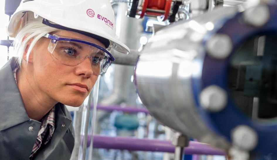 Ausbildung zur Chemikantin (Foto: Evonik Industries)