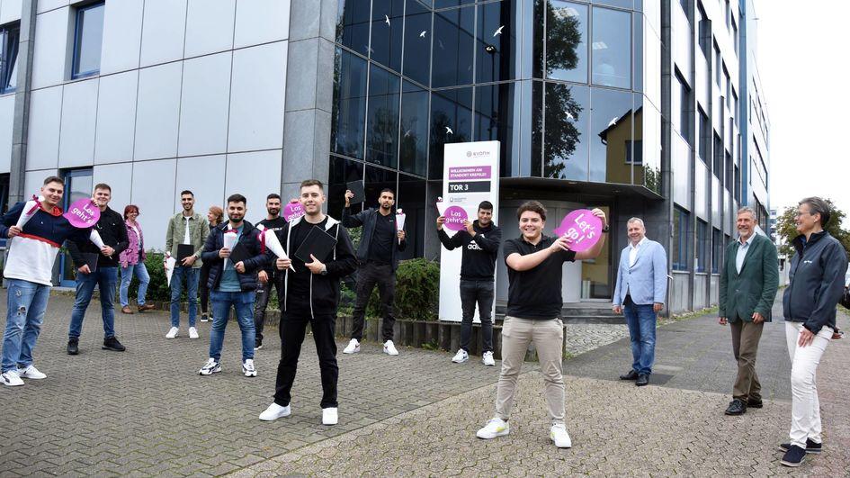 Zum Ausbildungsbeginn gab es Überraschungstüten und Tablets für die neuen Azubis am Evonik-Standort Krefeld (Foto: Evonik).