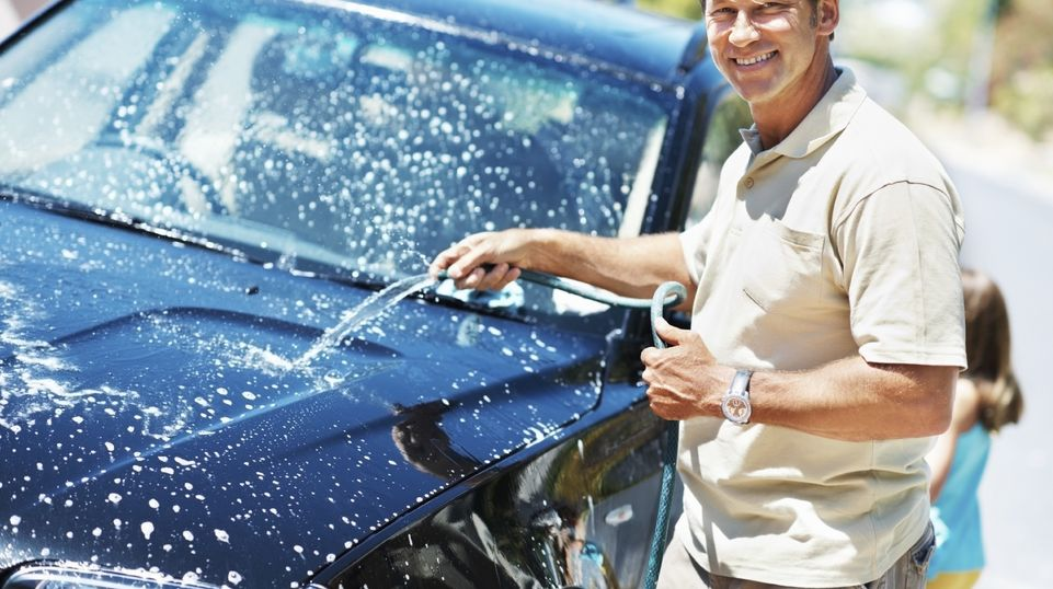 It used to be that weekends meant taking sponge and chamois in hand and flooding your drive with soap and water—but those days are gone. Washing your car has long since become a science. © Photo: iStock / Yuri