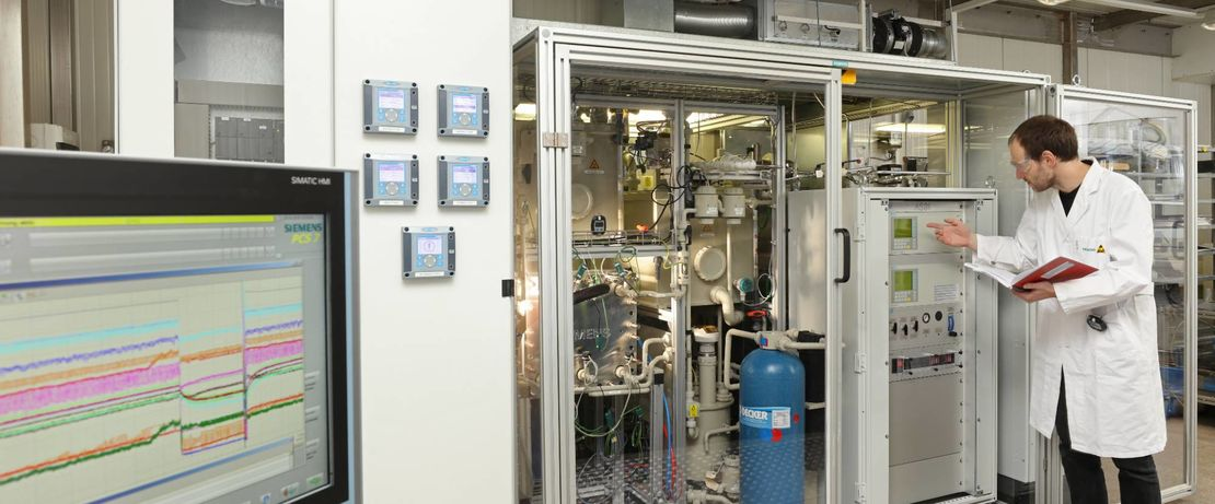 The world's first fully automated CO2 electrolyzer from Siemens generates carbon monoxide. Together with hydrogen, it delivers the main nutrients for the bacteria in the bioreactor. Source: Siemens