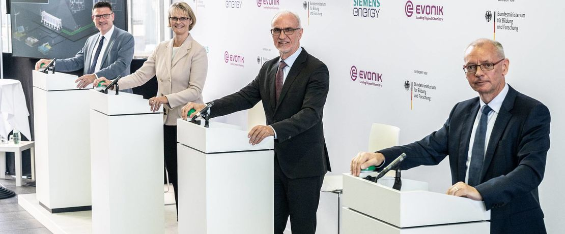 """Commissioning of the Rheticus test plant in Marl (from left to right): Stefan Kaufmann, Innovation Officer """"Green Hydrogen"""" of the Federal Ministry of Education and Research, Anja Karliczek, Federal Minister for Research, Dr. Harald Schwager, Deputy Chairman of the Board of Management Evonik Industries AG, Prof. Dr. Armin Schnettler, Executive Vice President New Energy Business, Siemens Energy. Copyright: BMBF/Hans-Joachim Rickel"""
