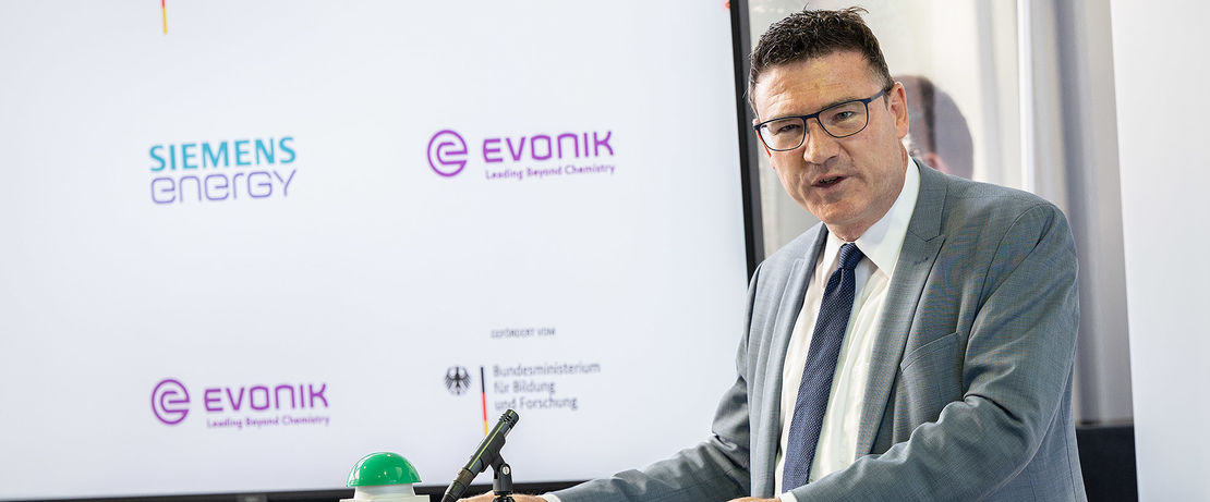 """Commissioning of the Rheticus test plant in Marl by Evonik and Siemens-Energy. Stefan Kaufmann, Innovation Officer """"Green Hydrogen"""" of the Federal Ministry of Education and Research. Copyright: BMBF/Hans-Joachim Rickel"""