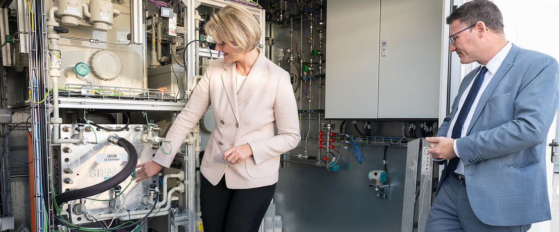 """Commissioning of the Rheticus test plant in Marl by Evonik and Siemens-Energy. Minister Anja Karliczek and Stefan Kaufmann, Innovation Officer """"Green Hydrogen"""", both from the Federal Ministry of Education and Research. Copyright: BMBF/Hans-Joachim Rickel"""
