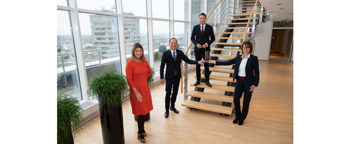 From left to right: Nicolette Behncke (partner sustainablity & responsible for the BPTA, PwC), Thomas Wessel (CHRO and Industrial Relations Director and also responsible for sustainability, Evonik), Ingo Speich (Head of Sustainablity & Corp. Governance, DEKA Inv.; juryman and laudator), Ute Wolf (CFO, Evonik)